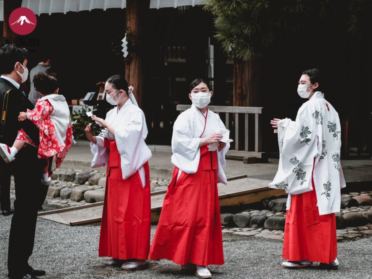 Miko Japan Shintoismus Schrein Schreindienerinnen Priester