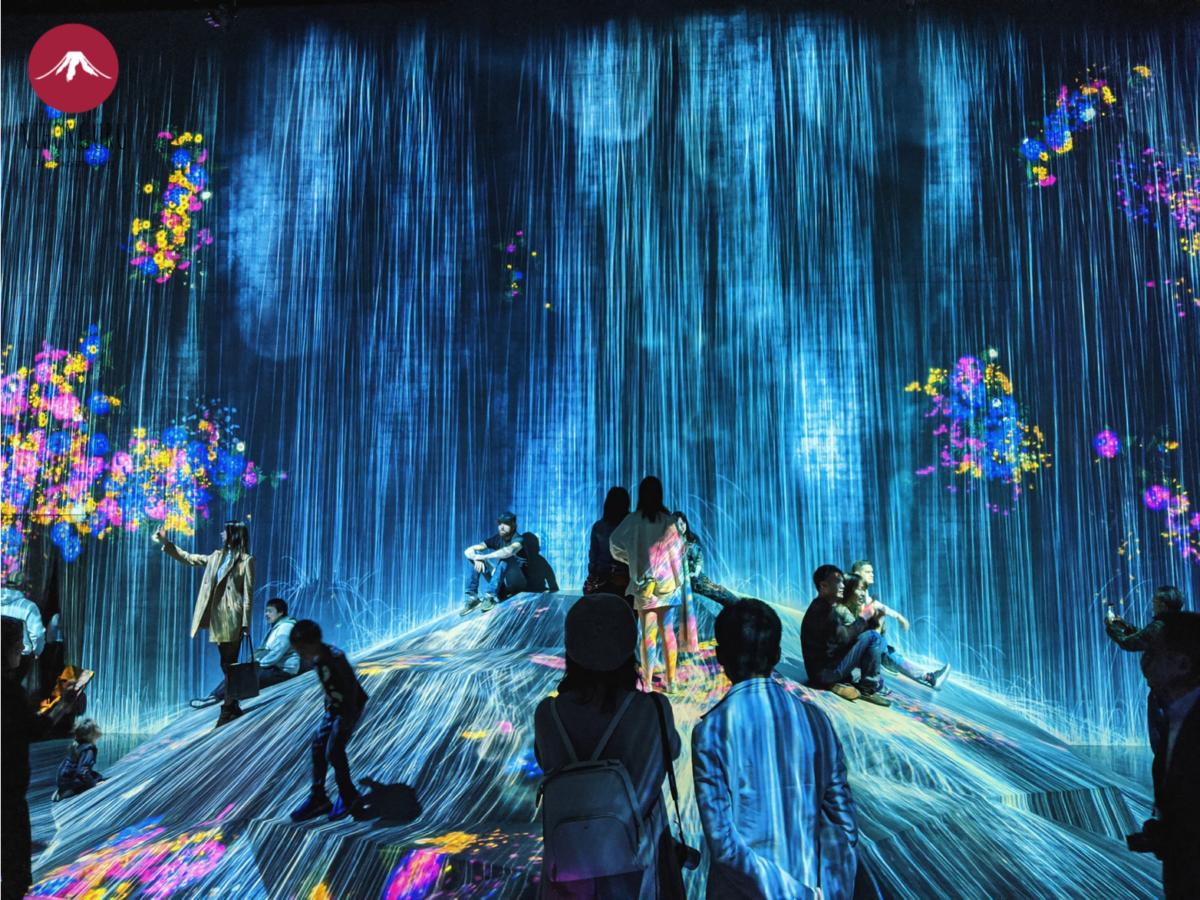 TeamLab Borderless digitales Kunstmuseum Odaiba Wasserfall Lichter Motiv